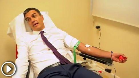 El presidente del Gobierno, Pedro Sánchez, donando sangre