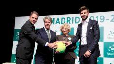 Piqué, junto a Carmena, Garrido y el presidente de la ITF. (EFE)