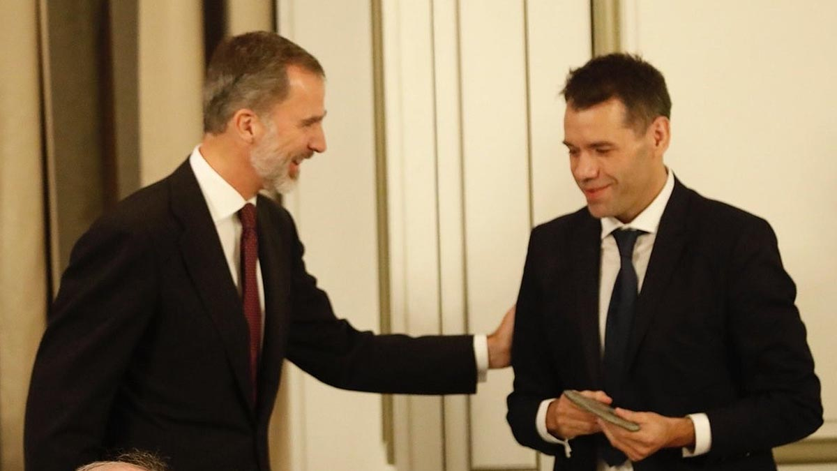 El Rey Felipe entrega el premio Francisco Cerecedo al periodista Rubén Amón.