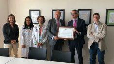 Juan Carlos Villar entregó el reconocimiento al director asistencial del Hospital General de Villalba, el Dr. Adolfo Bermúdez de Castro