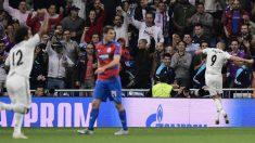 Benzema, al fondo, celebra el gol. (AFP) |  Champions League 2018: Real Madrid – Viktoria Plzen | Partido de fútbol hoy, en directo.