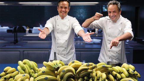 Los hermanos Torres con su ingrediente estrella en la cocina: el plátano de Canarias.