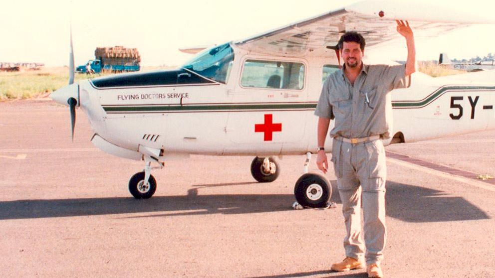 El Dr. Jorge Planas en uno de sus primeros viajes solidarios con AMREF Salud África.