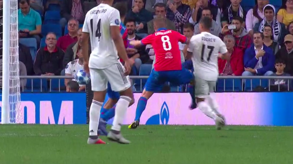 Limbersky cometió penalti sobre Lucas Vázquez, pero no fue señalado.