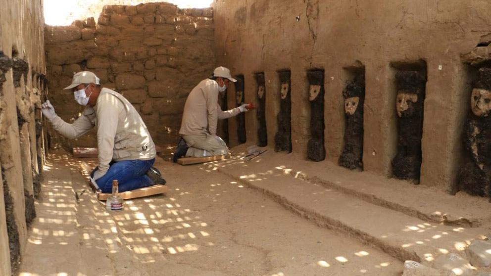 Operarios trabajan en la limpieza de las 19 esculturas descubiertas en una ciudad precolombina de Perú. Foto: Twitter