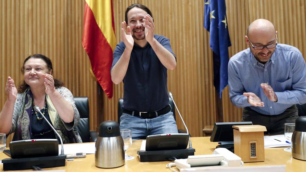 El secretario general de Podemos, Pablo Iglesias (c), junto a los diputados Mae de la Concha (i) y Txema Guijarro (d) (Foto: EFE)