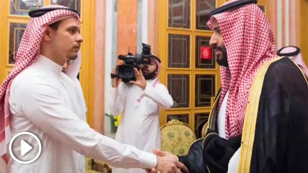 El príncipe heredero de Arabia Saudí, Mohamed bin Salman, y el hijo de Khashoggi.
