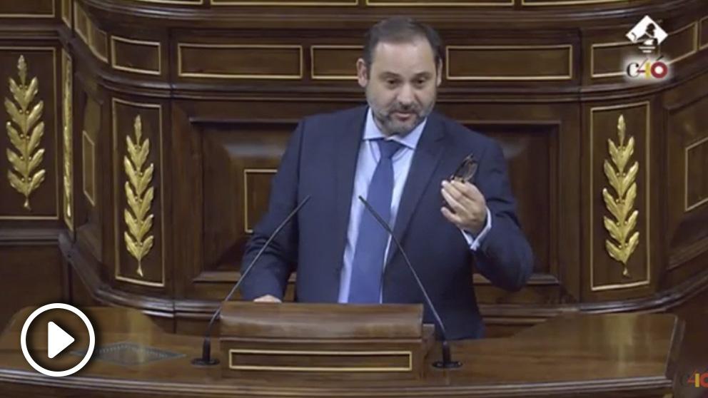 El ministro de Fomento, José Luis Ábalos, rompe a llorar en la tribuna del pleno del Congreso tras conocerse la muerte de la exministra Carmen Alborch.