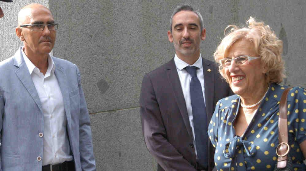 Andrés Serrano, a la izquierda, junto a Manuela Carmena y su sustituto, Daniel Vázquez. (Foto. Madrid)