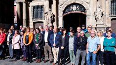 El alcalde de Pamplona, joseba Asirón, acompañado de cientos de personas en un acto de repulsa por el crimen machista. Foto: EP