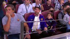 Messi, en la grada con el brazo en cabestrillo.