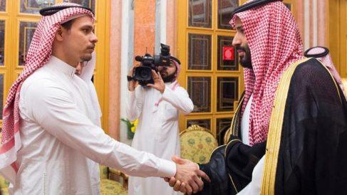 El hijo de Khasoggi obligado a saludar al príncipe heredero saudí el pasado lunes.