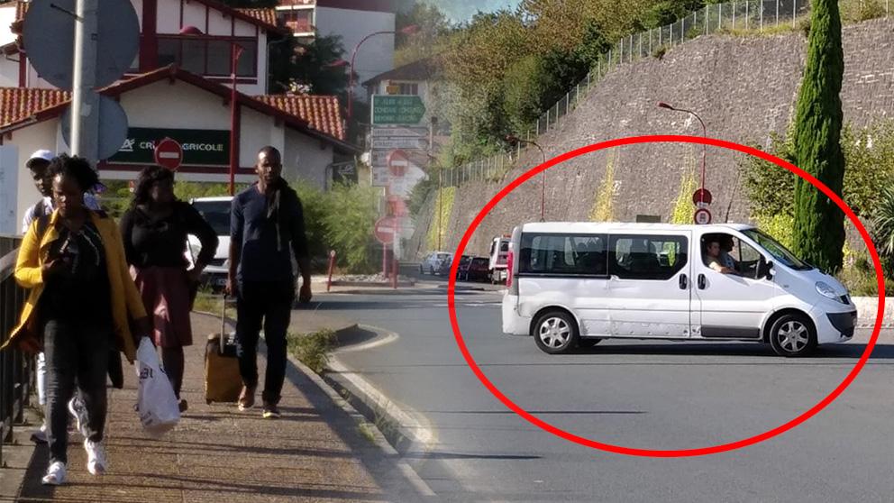 Una de las furgonetas utilizadas por la policía francesa para dejar inmigrantes en la frontera