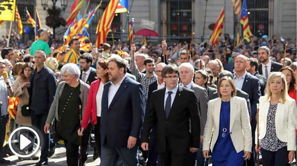Carles Puigdemont, junto a Oriol Junqueras, ante el Ayuntamiento de Barcelona. (Foto: EFE)