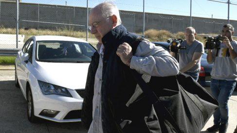 El exvicepresidente del Gobierno Rodrigo Rato a su llegada a la prisión madrileña de Soto del Real para cumplir con su condena de cuatro años y medio de cárcel por las tarjetas «black» de Caja Madrid (Foto: Efe)