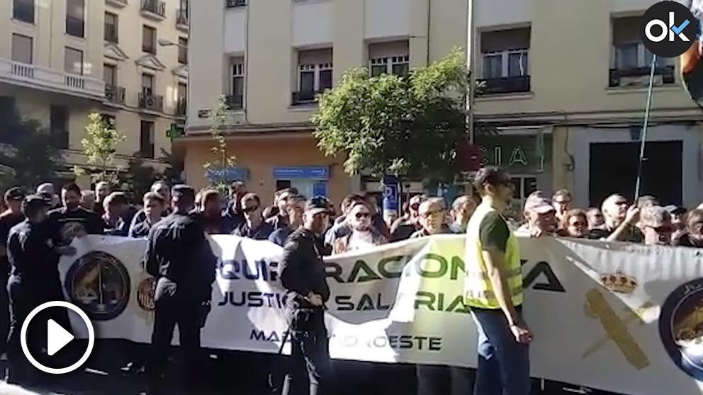 Gritos de «¡Sánchez traidor!» en la manifestación policial ante la sede del PSOE