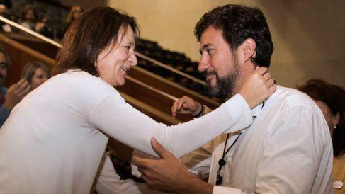 Antón Gómez-Reino con Carolina Bescansa (EFE).