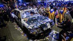 Imagen del asedio a la Conselleria de Economia y del coche de la Guardia Civil atacado