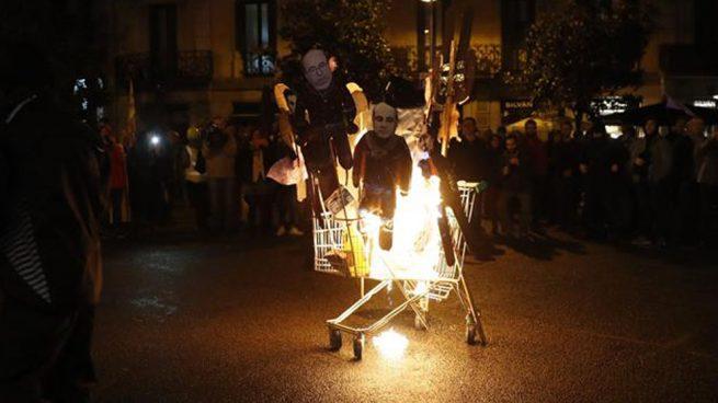 Los violentos CDR queman muñecos del Rey y del juez Llarena para reivindicar el 1-O