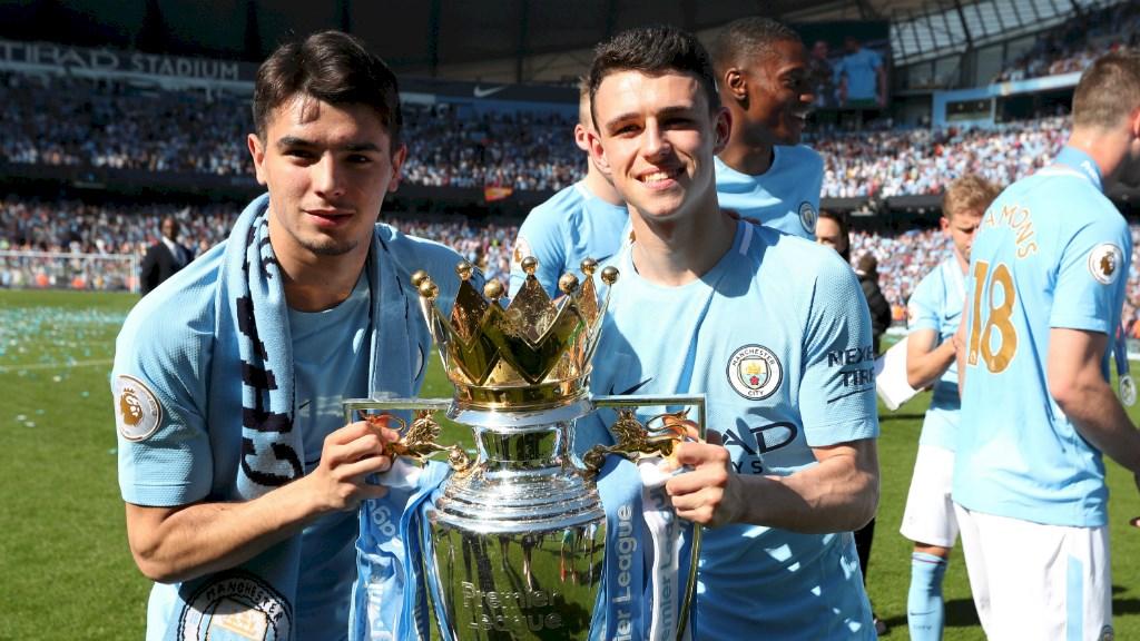 Brahim y su compañero Foden posan con el título de la Premier.