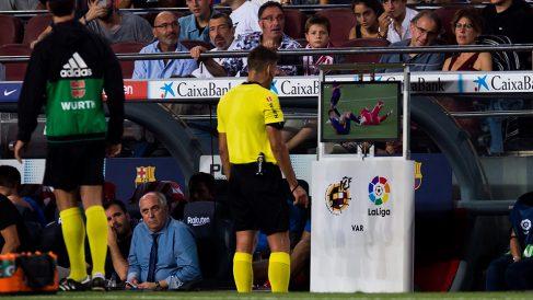 Un árbitro de LaLiga revisa una acción del partido con el VAR. (Getty)