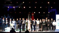 Foto de familia de todos los premiados en la Seminci (foto: EFE).