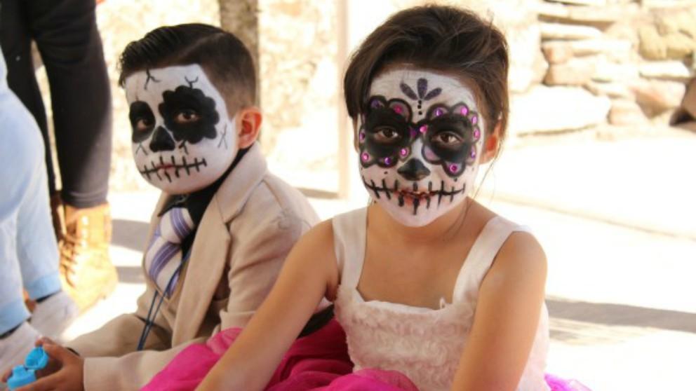 niños celebren Halloween