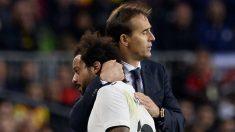 Lopetegui se abraza con Marcelo en el Clásico. (AFP)
