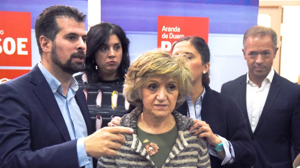 La ministra de Sanidad,  María Luisa Carcedo, rodeada por varios dirigentes socialistas (Foto: EFE).