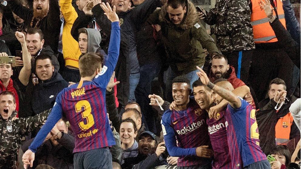 Piqué volvió a hacer la manita tras el quinto gol de Vidal. (EFE)