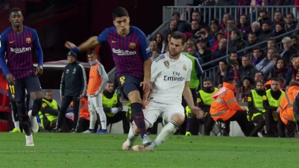 El árbitro perdonó la tarjeta roja a Luis Suárez por esta dura entrada a Nacho.