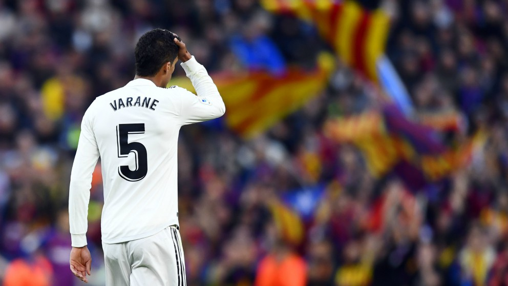 Varane se lamenta en el Clásico. (AFP)