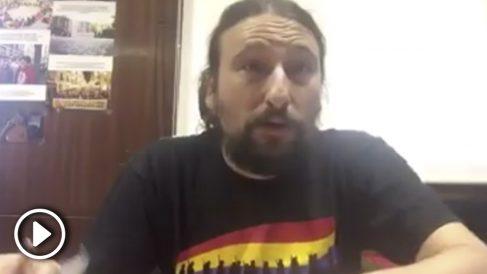 El concejal Pablo Híjar, de Zaragoza en Común, comiéndose un recibo del Impuesto de Contaminación de Aguas (ICA).