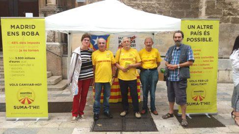 El puesto que tiene la ASM en una calle de Palma de Mallorca con propaganda separatista