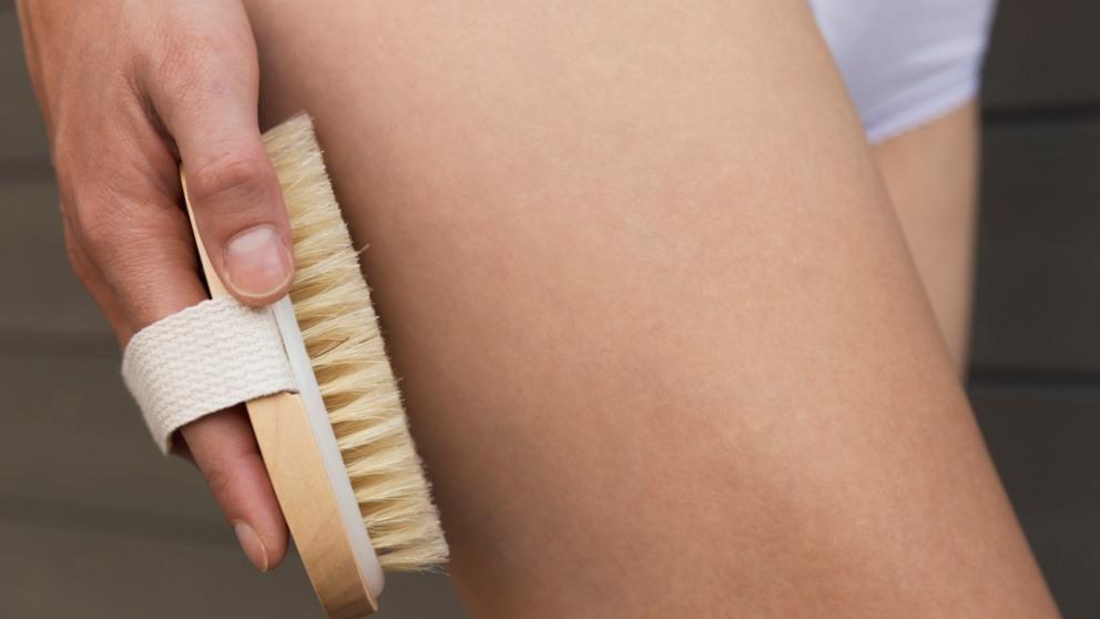 El cepillado en seco permite acabar con las toxinas