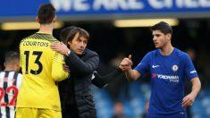 Conte se abraza con Courtois tras un partido del Chelsea. (Getty)