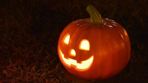 Tallar una calabaza es tradición en Halloween