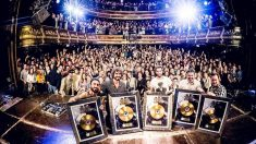La banda Izal presumiendo de Disco de Oro en la Sala Joy Eslava, en Madrid