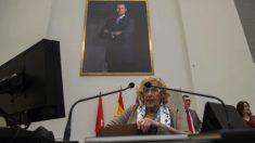 Manuela Carmena, alcaldesa de Madrid, bajo una foto del Rey Felipe VI. (Foto- Alberto Nevado : OKDIARIO)