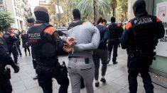 Operación de los Mossos d 'Esquadra contra los narcopisos en Barcelona. Foto: EFE
