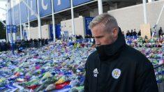 Kasper Schmeichel, en el homenaje del Leicester a su propietario fallecido. (AFP)