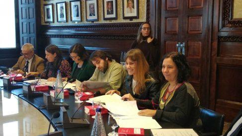 Jéssica Albiach y Elisenda Alamany en la mesa del Parlament