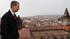 Felipe VI en su visita al Pórtico de la Gloria de la Catedral de Santiago de Compostela. Foto: Twitter
