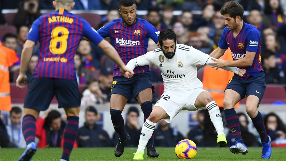 Isco, rodeado por jugadores del Barcelona. (AFP)