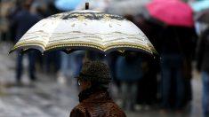 Una mujer bajo la lluvia.