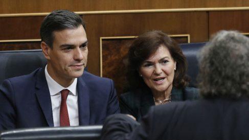 Pedro Sánchez y Carmen Calvo conversan con Joan Tardà (ERC), en el Congreso.