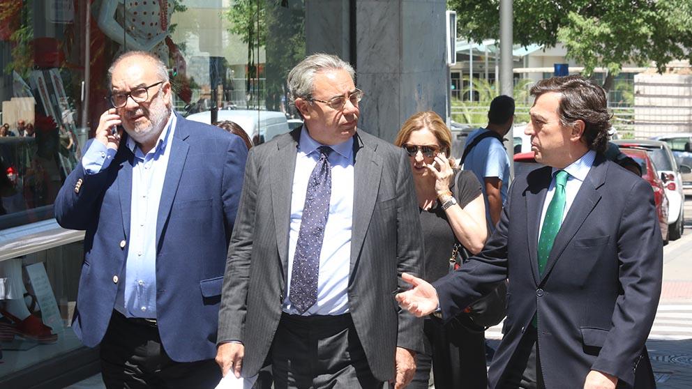 El dueño de la empresa Cuadrifolio, Manuel Téllez, primero por la izquierda, junto a su abogado Esteban Mestre (Foto: Francisco Toledo).