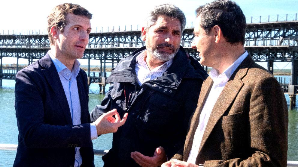 Pablo Casado, Juan José Cortés y Juanma Moreno en Huelva (Foto: EFE).