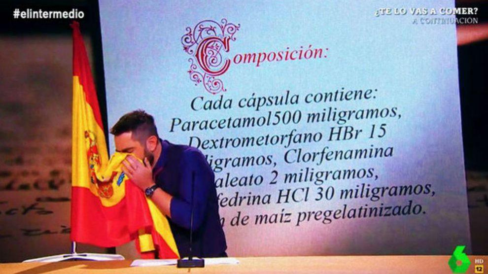 """El cómico Dani Mateo se suena los mocos con la bandera española en el programa """"El Intermedio""""."""