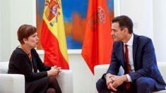 El jefe del Gobierno, Pedro Sánchez, y la presidenta de Navarra, Uxue Barcos, durante una reunión en el Palacio de La Moncloa. (Foto: EFE)